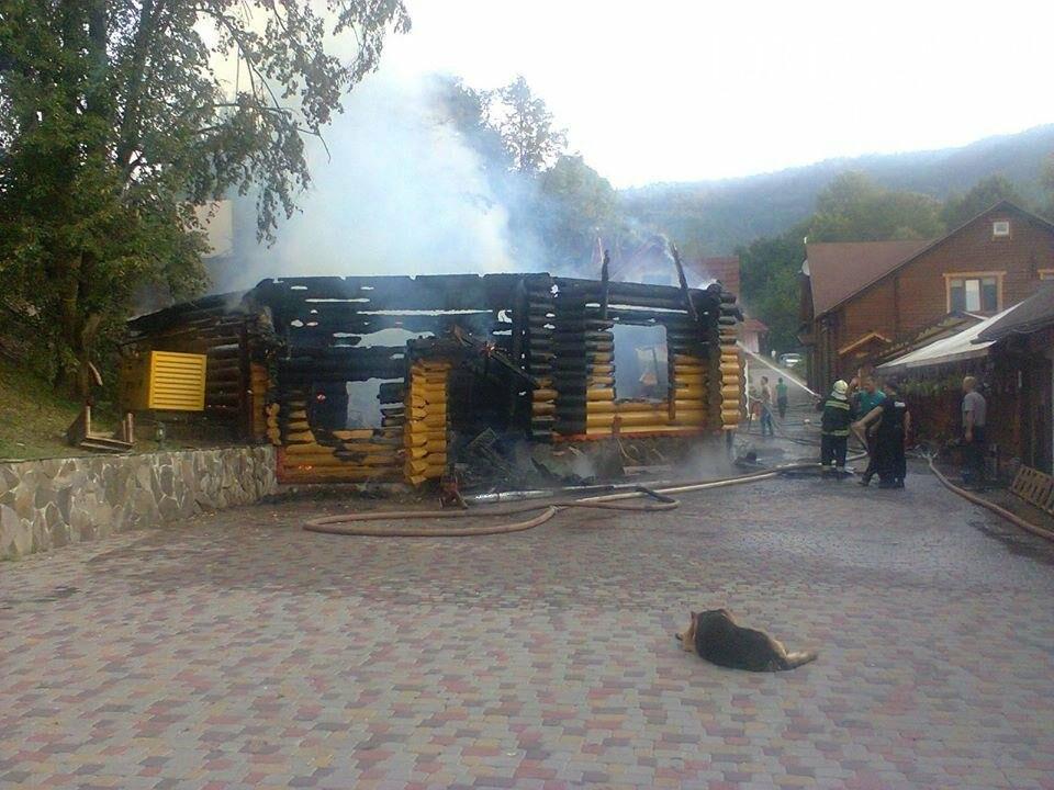 У селі Ужок пожежу гасили 17 рятувальників - ресторан згорів повністю: фото, фото-5
