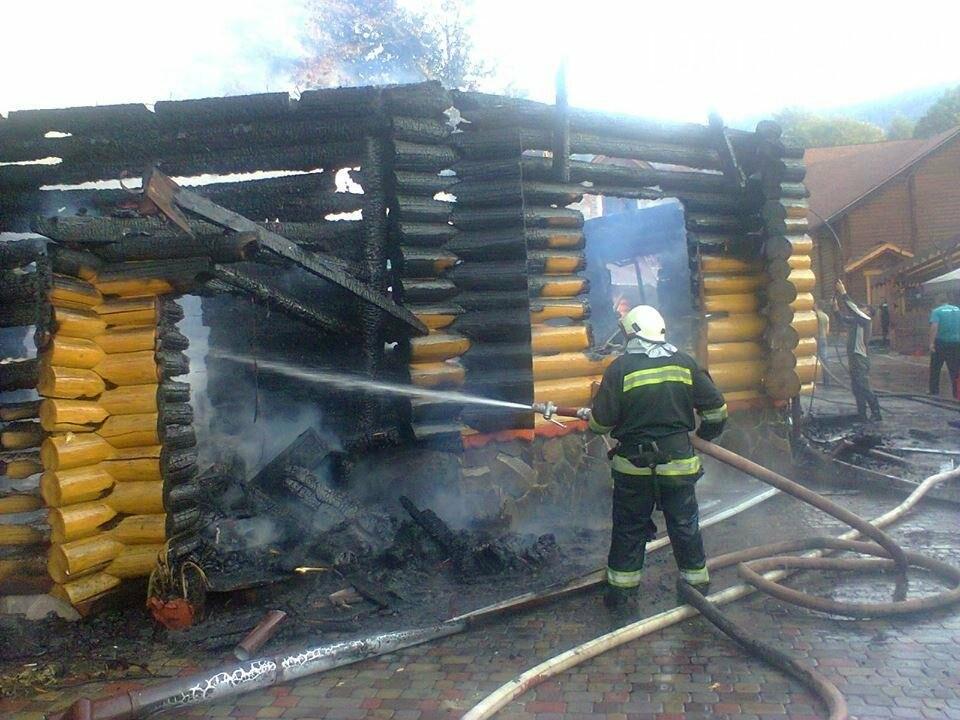 У селі Ужок пожежу гасили 17 рятувальників - ресторан згорів повністю: фото, фото-4