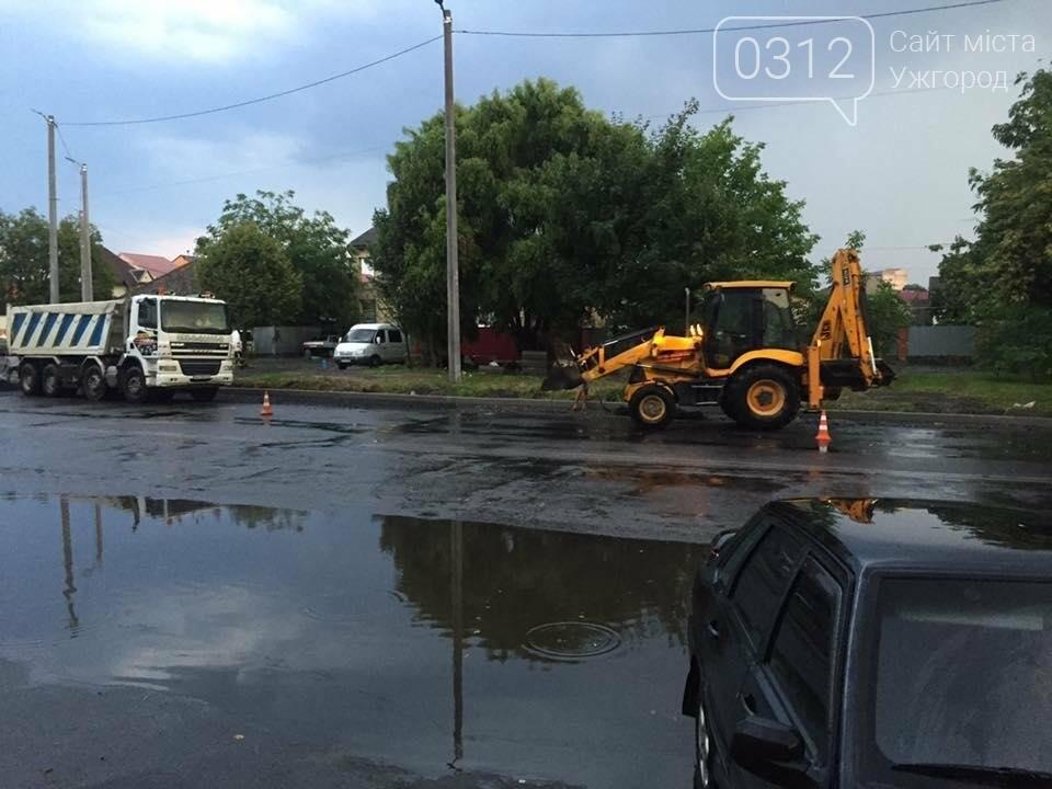 Ужгород як приклад: у Мукачеві дороги теж ремонтують в дощ (ФОТО), фото-4