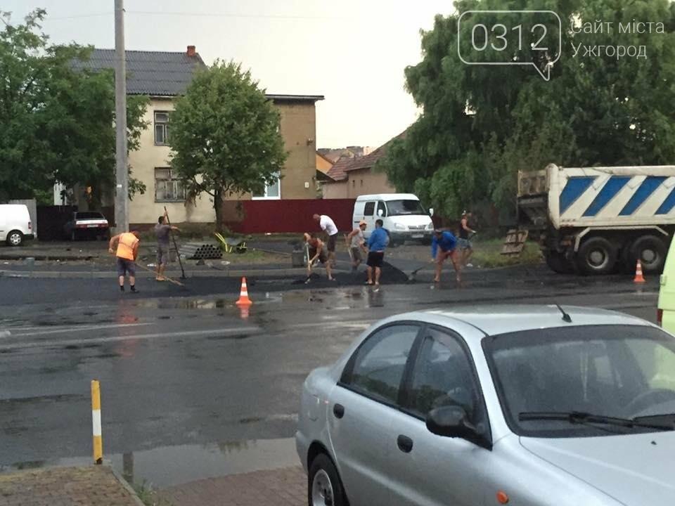 Ужгород як приклад: у Мукачеві дороги теж ремонтують в дощ (ФОТО), фото-2