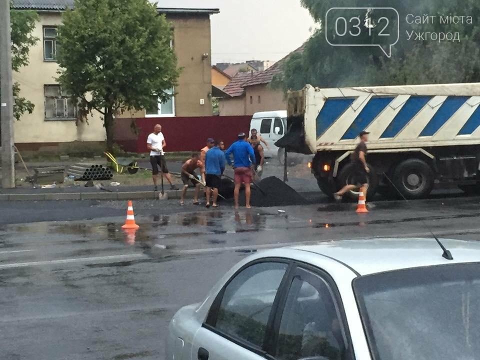 Ужгород як приклад: у Мукачеві дороги теж ремонтують в дощ (ФОТО), фото-7