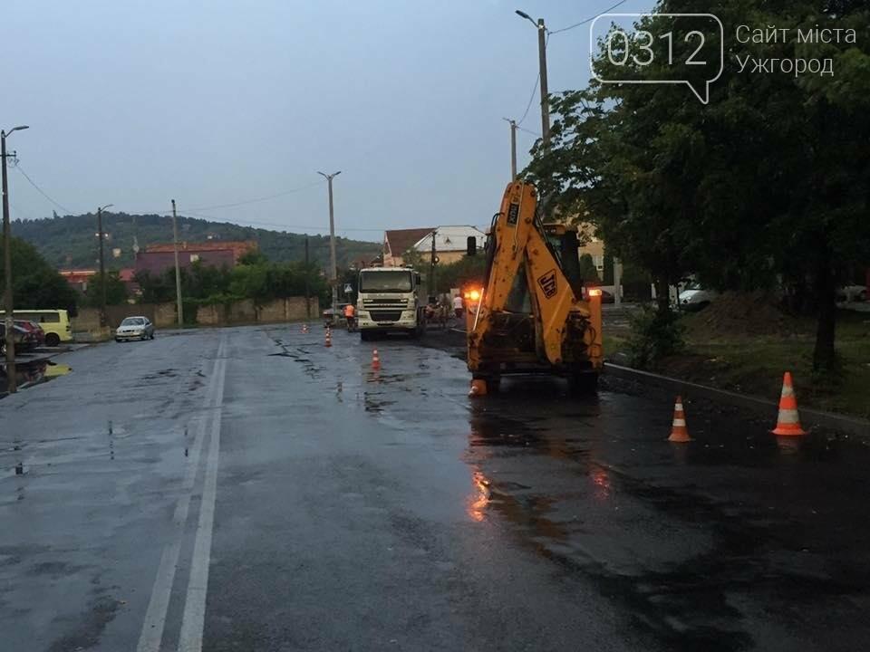 Ужгород як приклад: у Мукачеві дороги теж ремонтують в дощ (ФОТО), фото-6