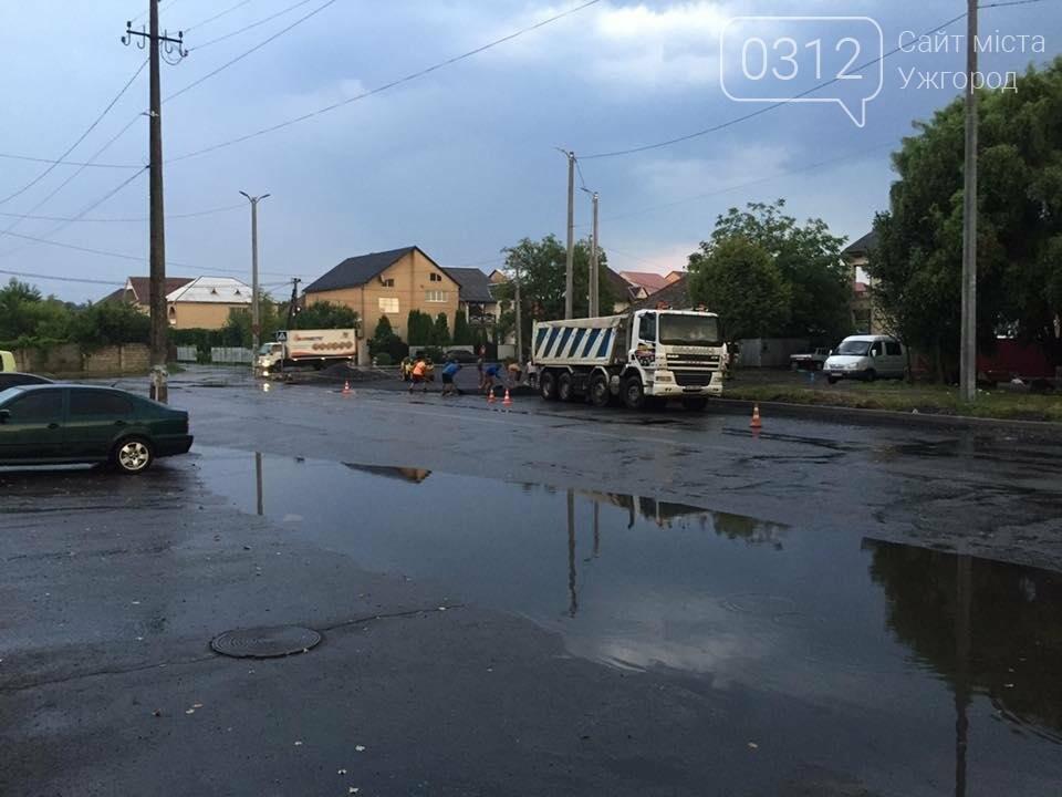 Ужгород як приклад: у Мукачеві дороги теж ремонтують в дощ (ФОТО), фото-5