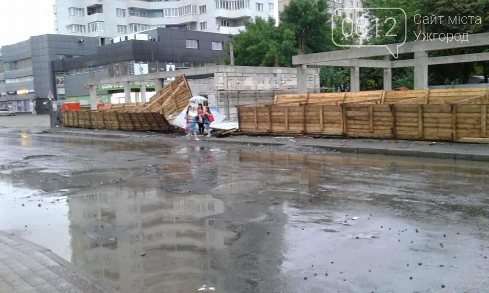 """В Ужгороді біля """"Токіо"""" сильний вітер повалив паркан навколо майбутнього торгового центру: фото, фото-3"""