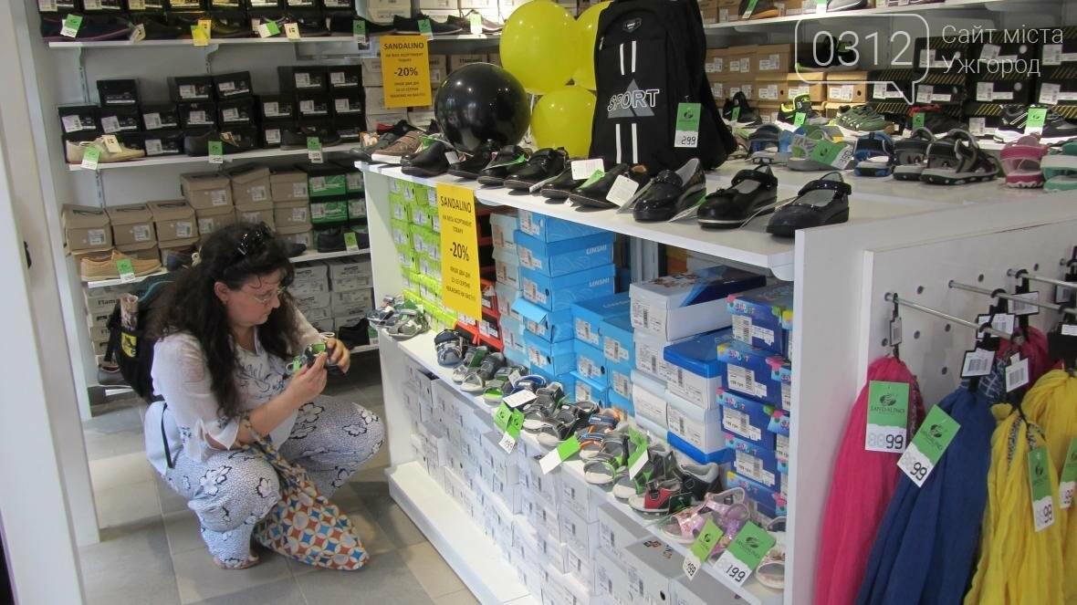 6723b4933cc349 Це вже другий магазин взуття «SANDALINO» в Ужгороді. 13 липня «SANDALINO»  відкрився на вулиці Швабській, 61.