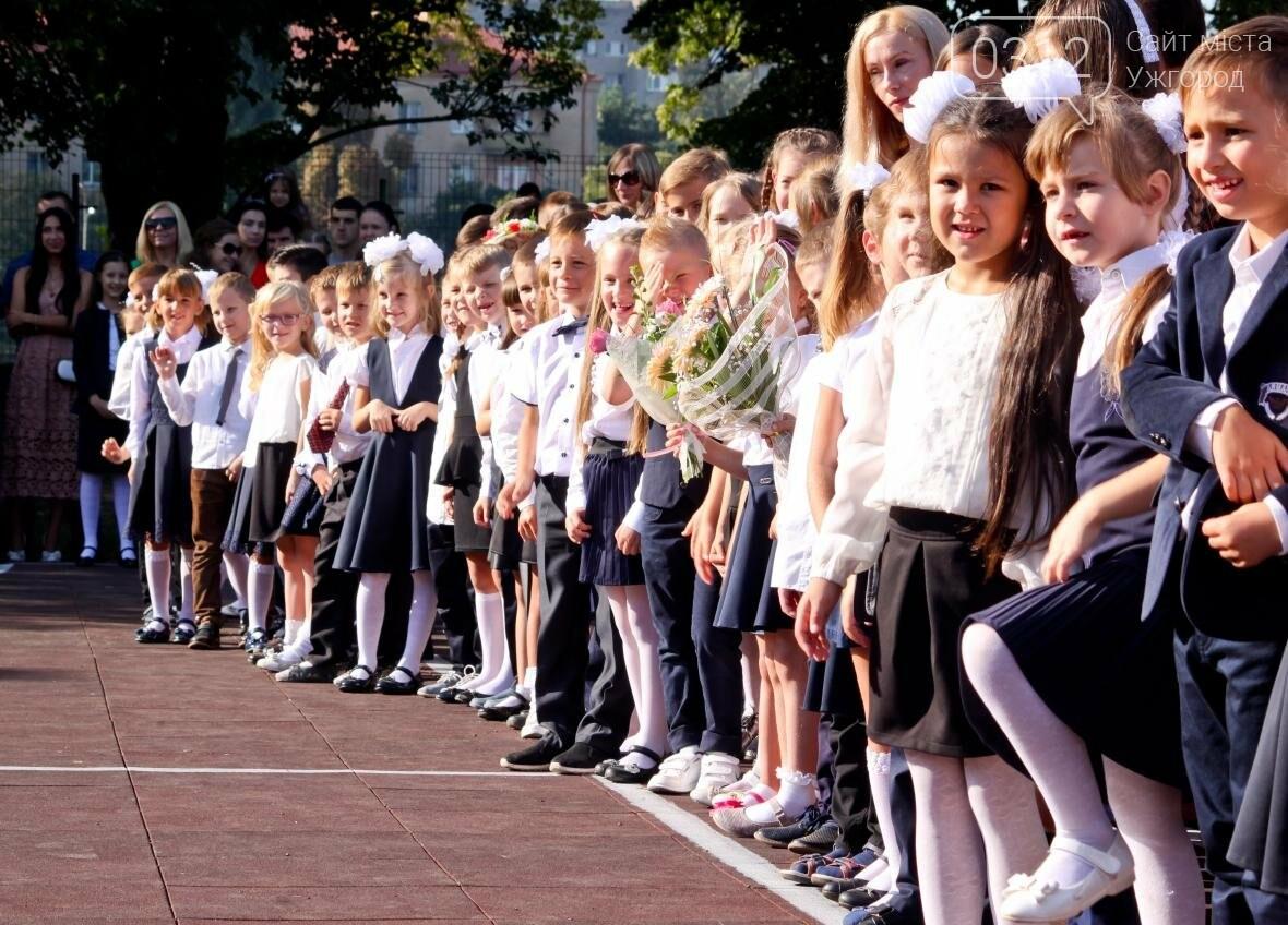 День знань  в ужгородській ЗОШ №3: без позіхань, зате із бабою Ягою (ФОТОРЕПОРТАЖ), фото-1