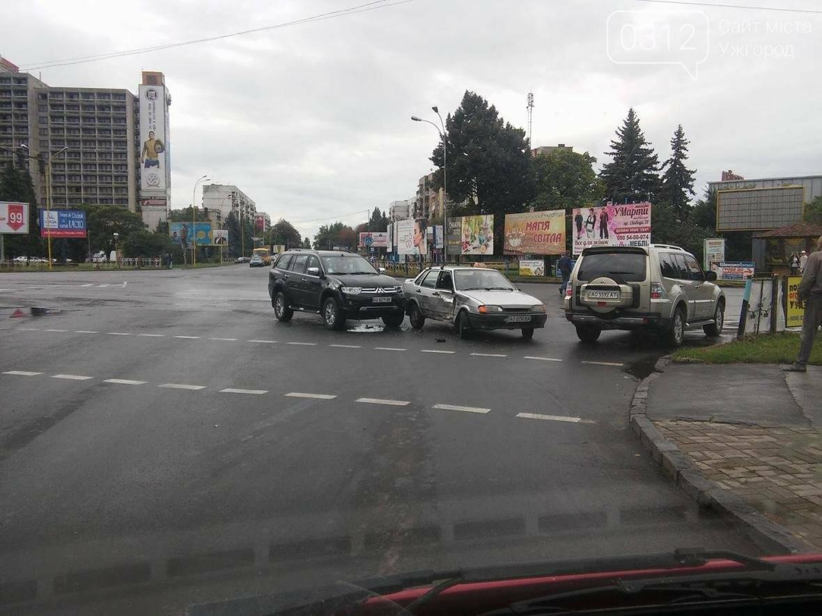 """В Ужгороді біля """"України"""" жінка-водій на джипі протаранила таксі: фото , фото-1"""