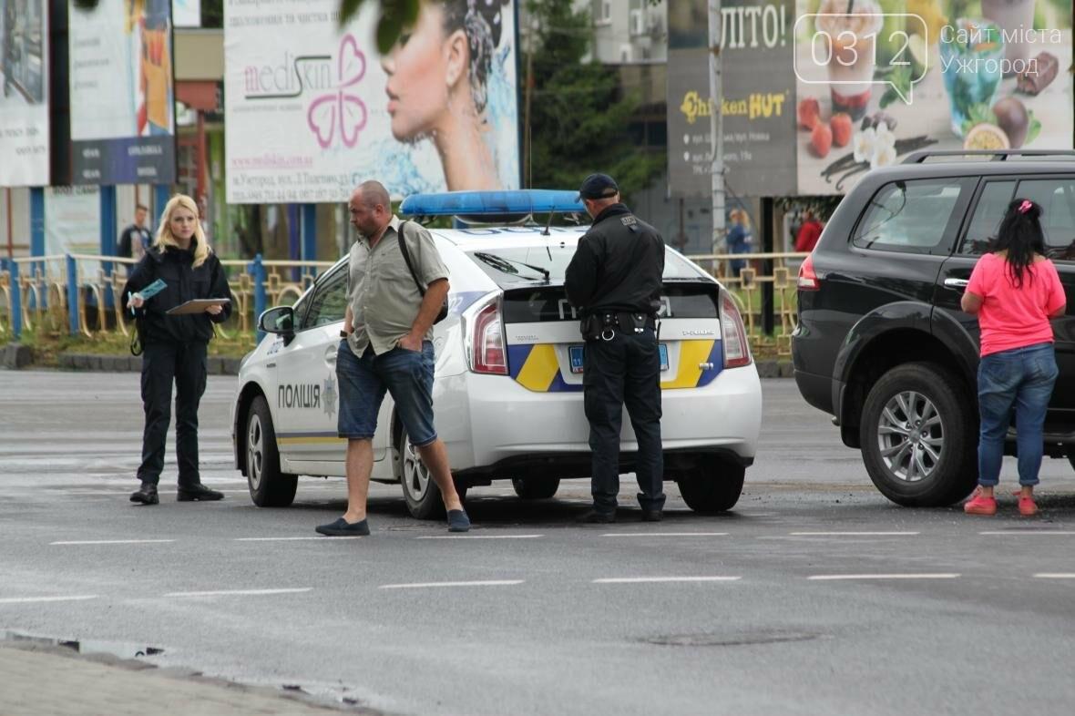 """В Ужгороді біля """"України"""" жінка-водій на джипі протаранила таксі: фото , фото-2"""