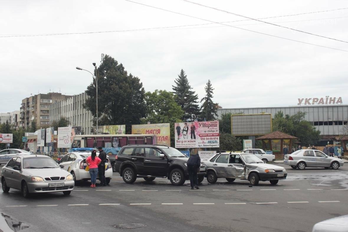 """В Ужгороді біля """"України"""" жінка-водій на джипі протаранила таксі: фото , фото-3"""