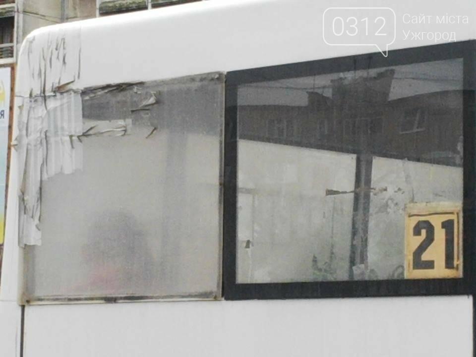 Скотч не допомагає: в ужгородській маршрутці №21 на брудні сидіння пасажирів капає вода (ФОТО), фото-1