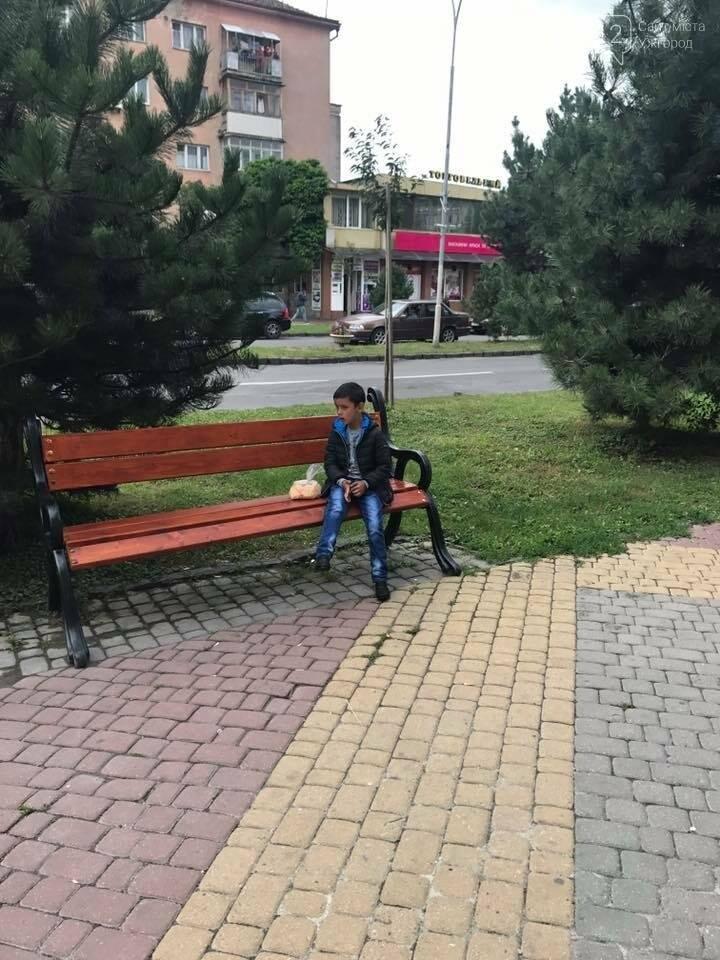 """В Ужгороді дитина 3 години сиділа на вулиці, чекаючи батька, який грав на """"апаратах"""": фото, фото-2"""