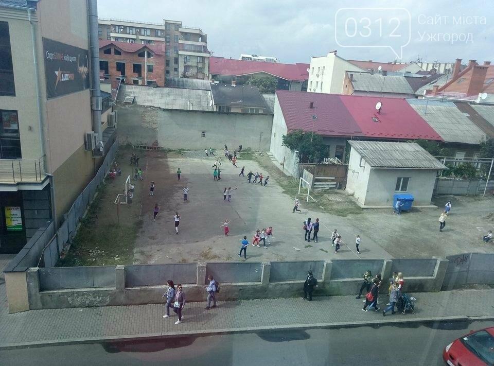 В Ужгороді троє циганчат вилізли на паркан ЗОШ №5 і жбурляли у дітей камінням, фото-1