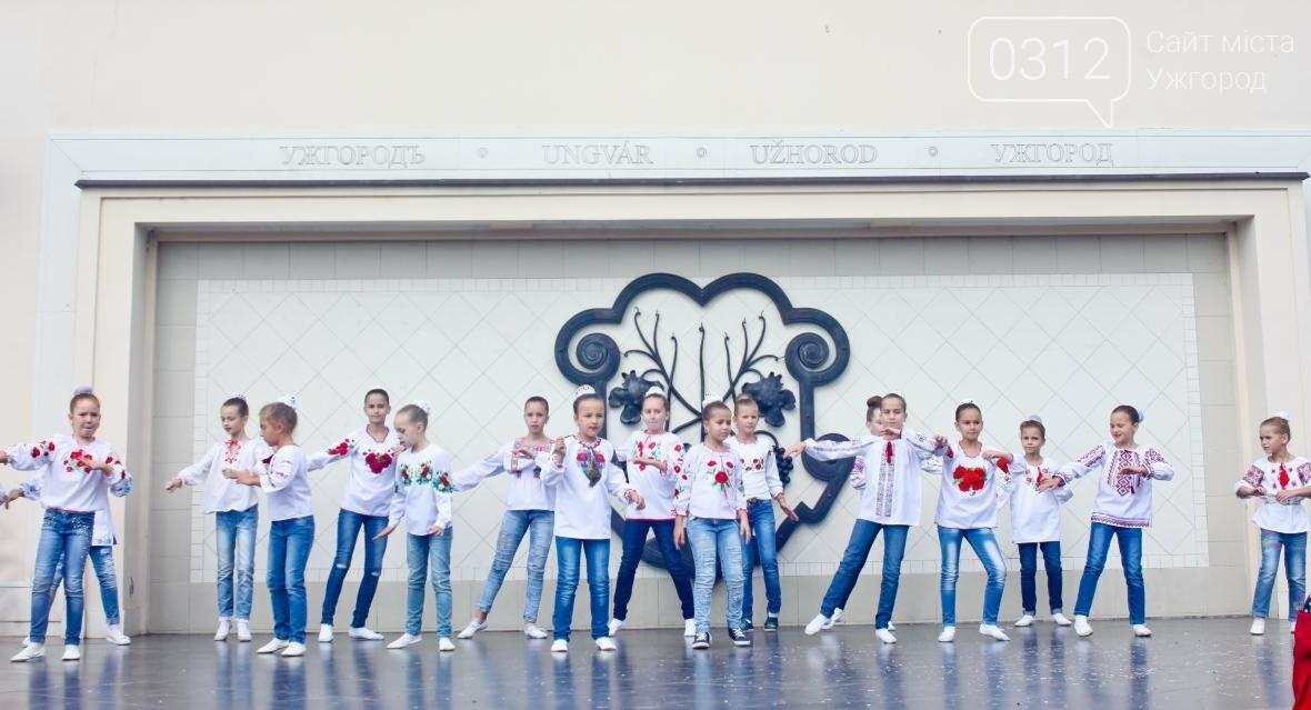 """Ніде яблуку впасти: в Ужгороді юні танцюристи та співаки """"заполонили"""" Театральну (ФОТОРЕПОРТАЖ), фото-1"""