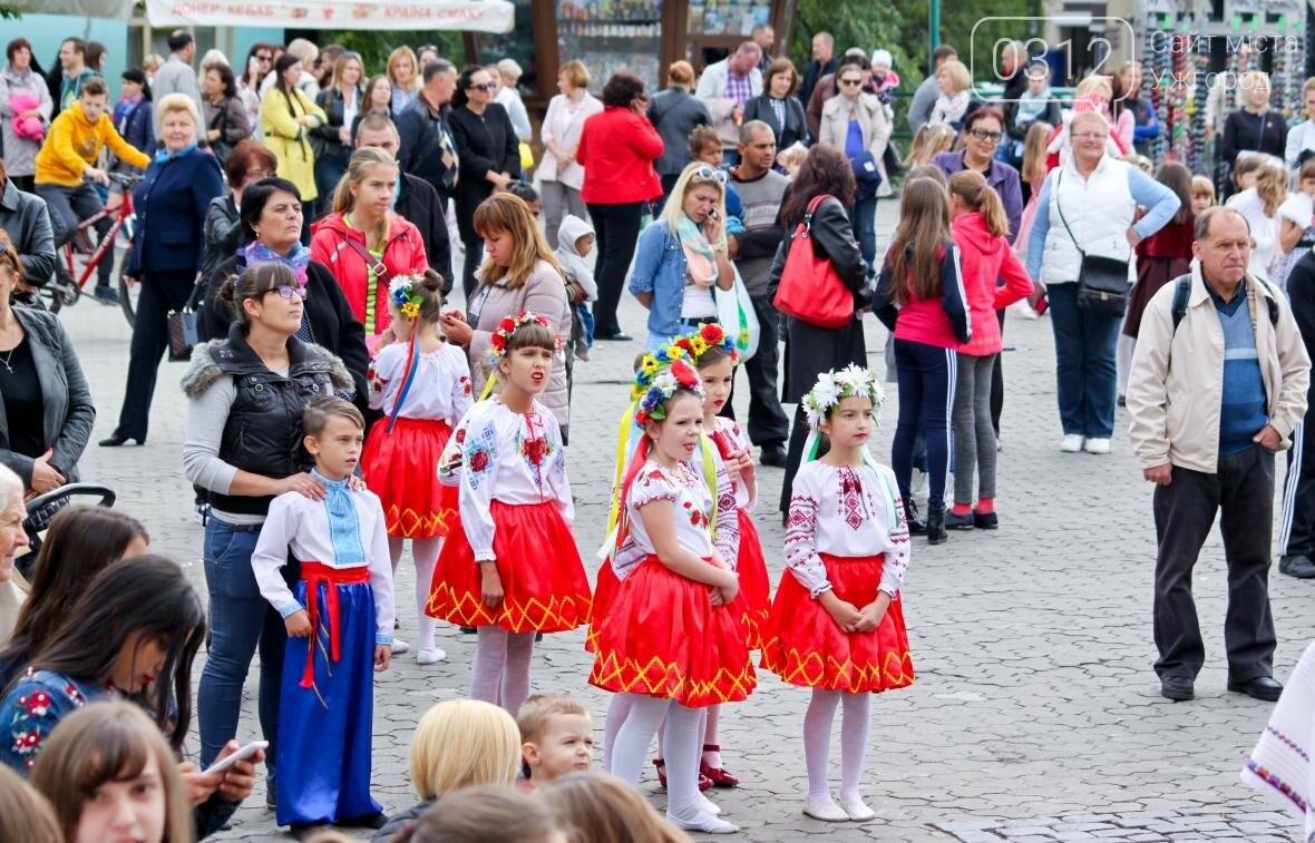 """Ніде яблуку впасти: в Ужгороді юні танцюристи та співаки """"заполонили"""" Театральну (ФОТОРЕПОРТАЖ), фото-2"""