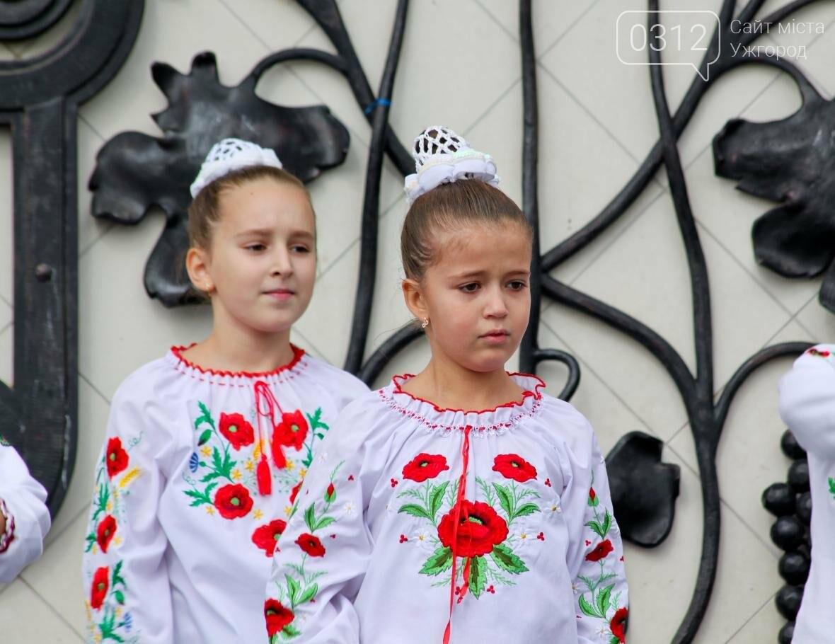 """Ніде яблуку впасти: в Ужгороді юні танцюристи та співаки """"заполонили"""" Театральну (ФОТОРЕПОРТАЖ), фото-4"""