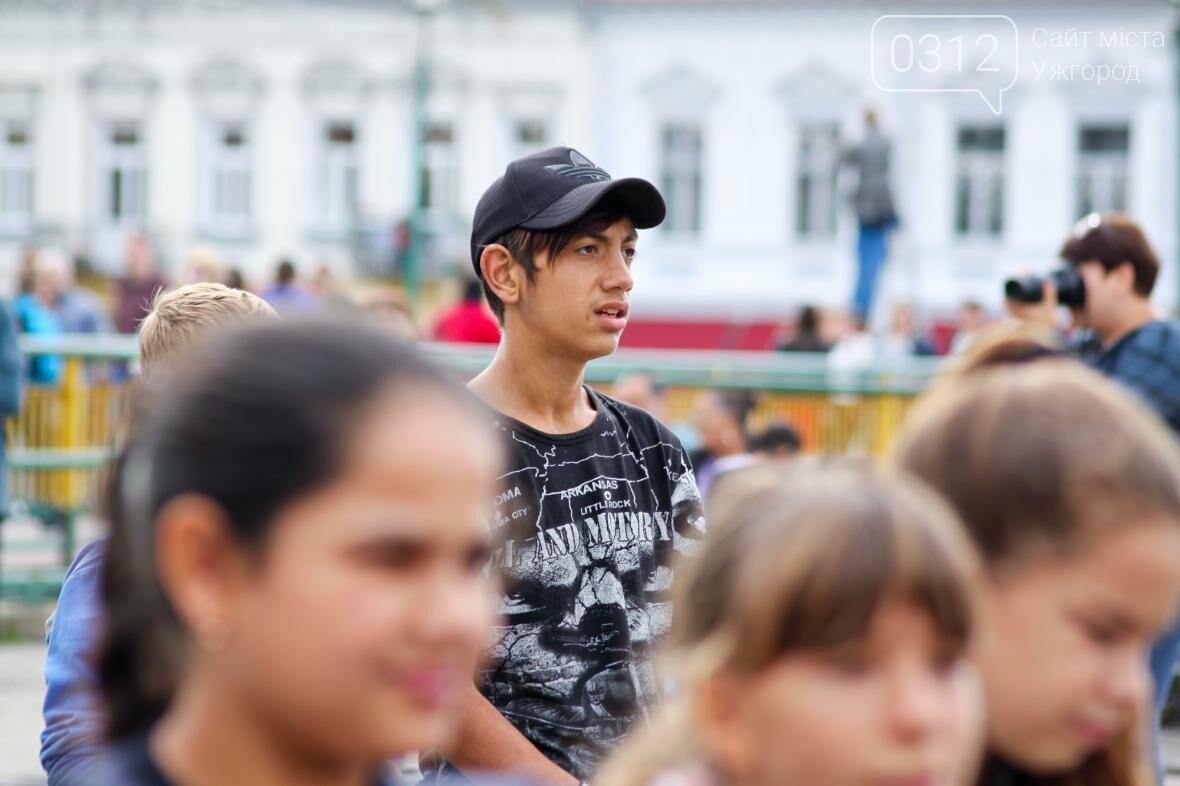 """Ніде яблуку впасти: в Ужгороді юні танцюристи та співаки """"заполонили"""" Театральну (ФОТОРЕПОРТАЖ), фото-7"""
