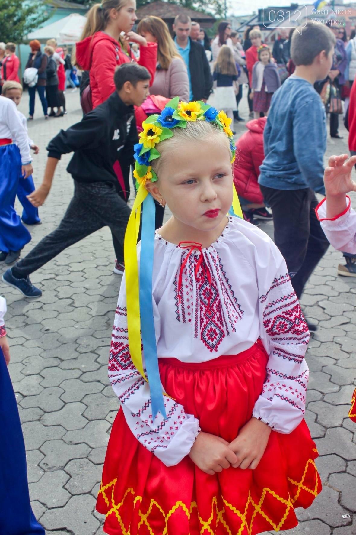 """Ніде яблуку впасти: в Ужгороді юні танцюристи та співаки """"заполонили"""" Театральну (ФОТОРЕПОРТАЖ), фото-13"""