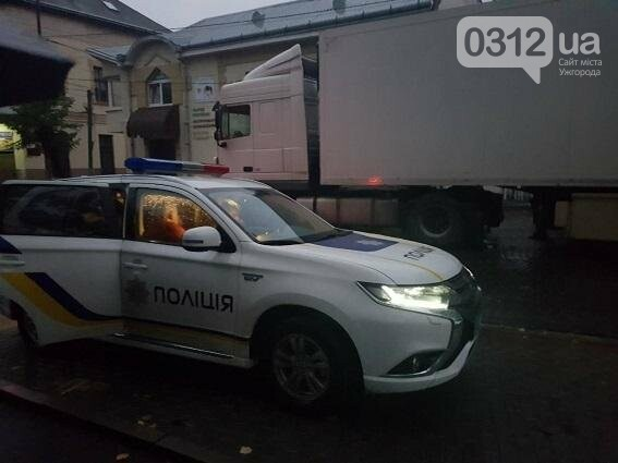 На Закарпатті водій фури запропонував поліцейському 50 євро, а той не взяв: фото, фото-1