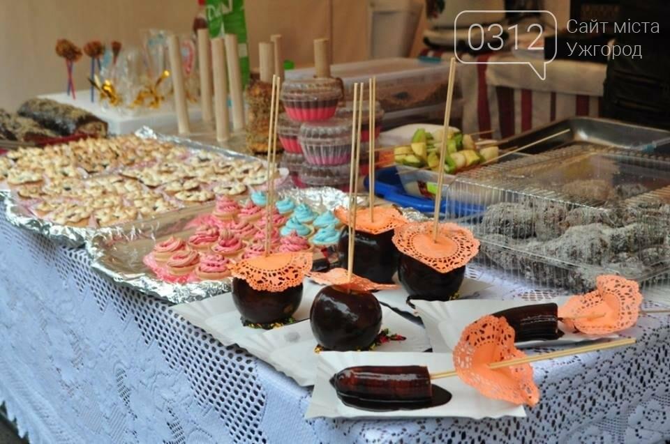 Мармелад, карамель і цукерки - в Ужгороді вулиця Волошина стала Солодкою: фоторепортаж, фото-9