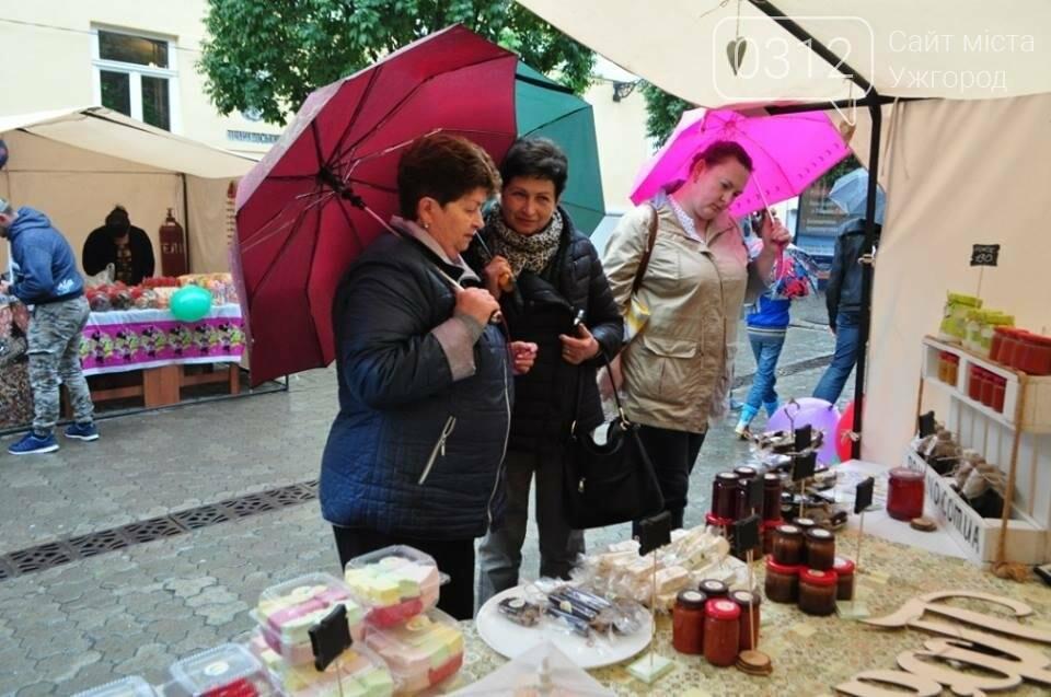 Мармелад, карамель і цукерки - в Ужгороді вулиця Волошина стала Солодкою: фоторепортаж, фото-15