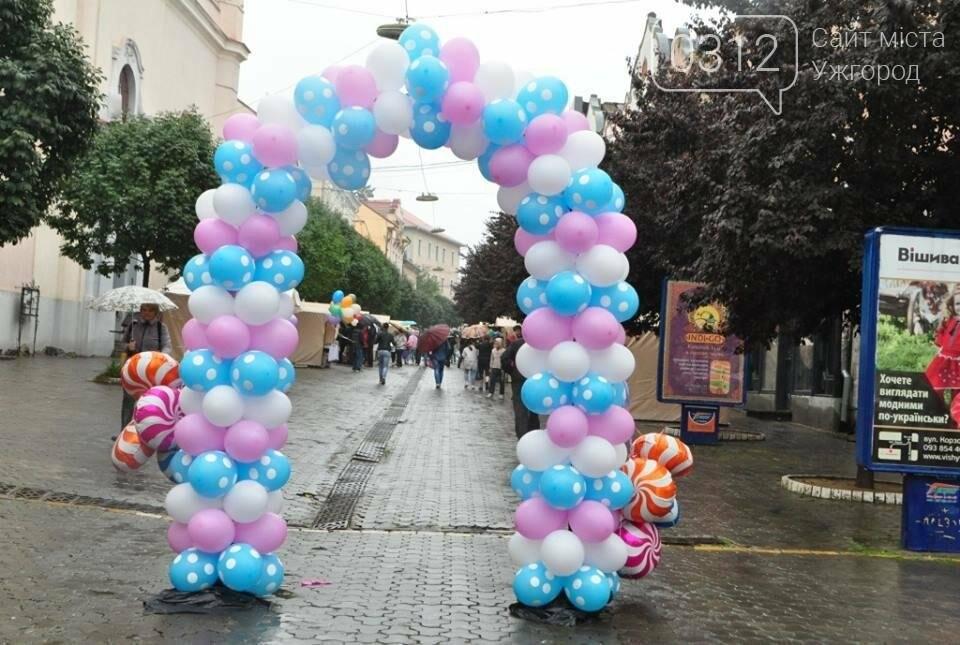 Мармелад, карамель і цукерки - в Ужгороді вулиця Волошина стала Солодкою: фоторепортаж, фото-16