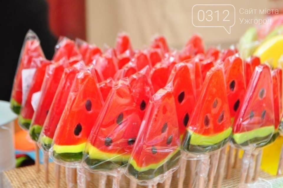 Мармелад, карамель і цукерки - в Ужгороді вулиця Волошина стала Солодкою: фоторепортаж, фото-1