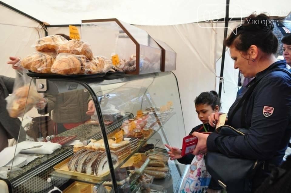 Мармелад, карамель і цукерки - в Ужгороді вулиця Волошина стала Солодкою: фоторепортаж, фото-11