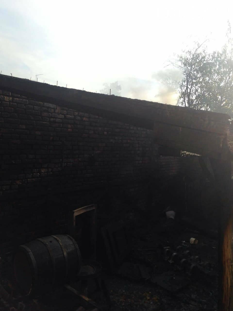 """У Мукачеві 8-ро рятувальників гасили масштабну пожежу: згорів """"Фольксваген"""" та дах будівлі (ФОТО), фото-1"""