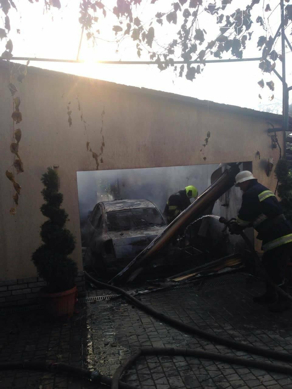 """У Мукачеві 8-ро рятувальників гасили масштабну пожежу: згорів """"Фольксваген"""" та дах будівлі (ФОТО), фото-3"""
