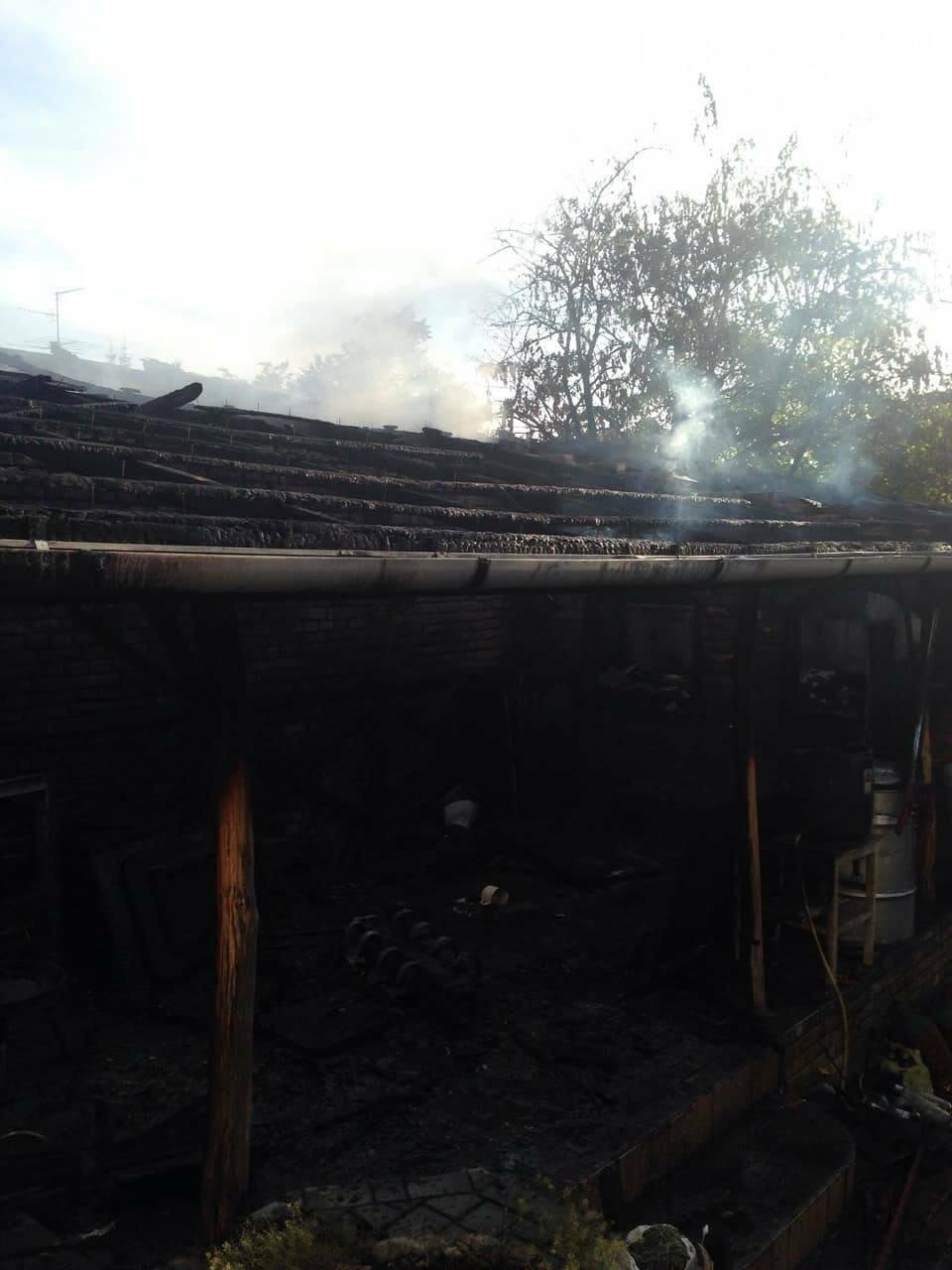"""У Мукачеві 8-ро рятувальників гасили масштабну пожежу: згорів """"Фольксваген"""" та дах будівлі (ФОТО), фото-4"""
