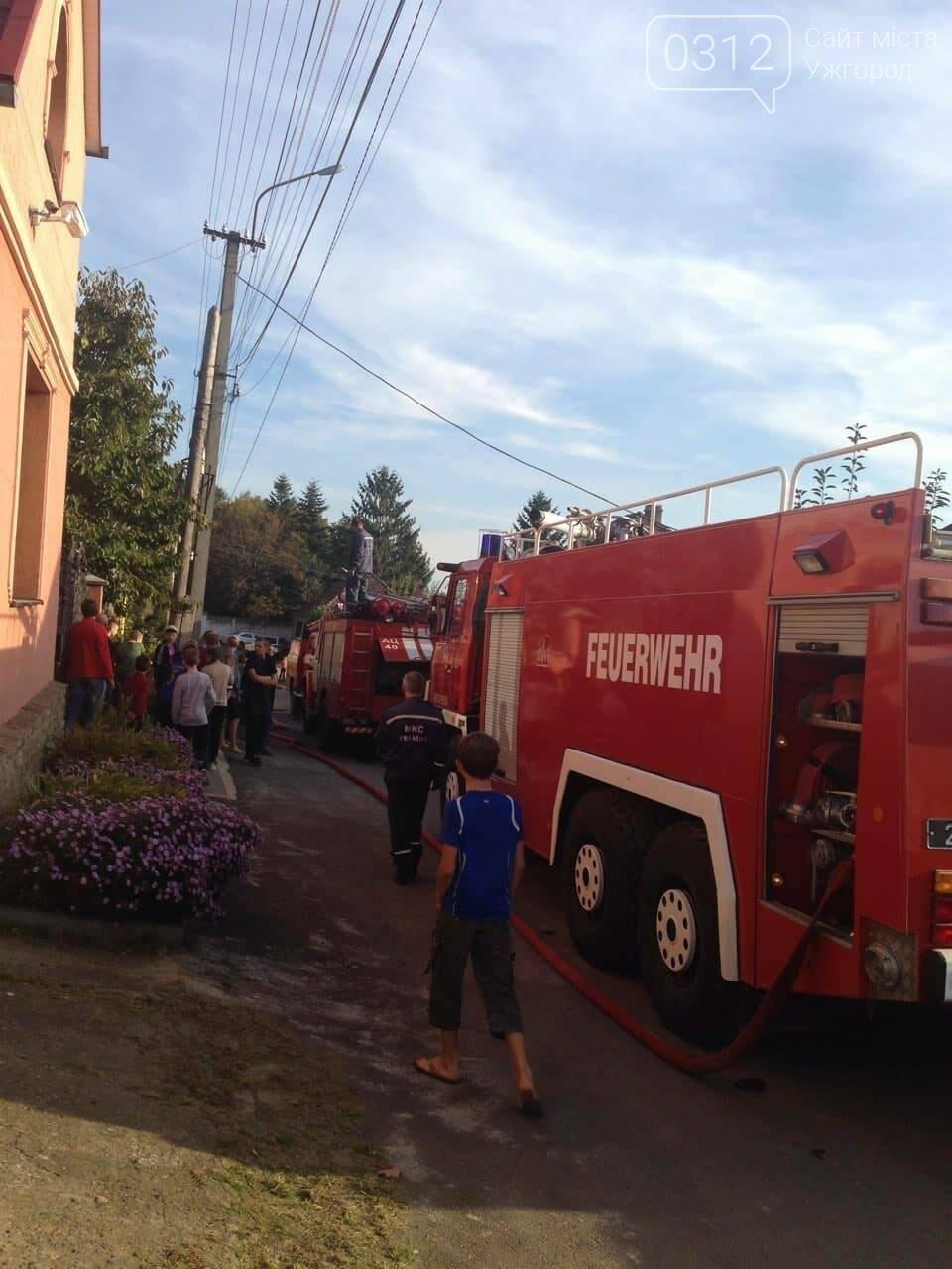 """У Мукачеві 8-ро рятувальників гасили масштабну пожежу: згорів """"Фольксваген"""" та дах будівлі (ФОТО), фото-2"""