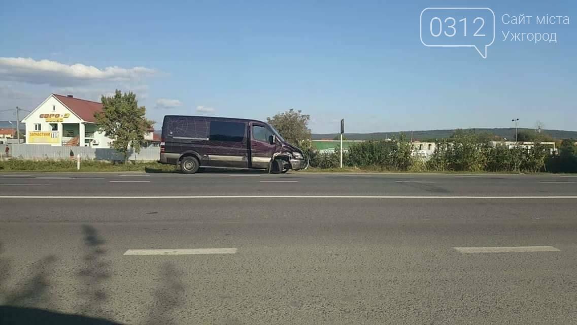 """В Ужгороді на об'їзній зіткнулись мікроавтобус """"Мерседес"""" та """"Пежо"""": фото, фото-2"""