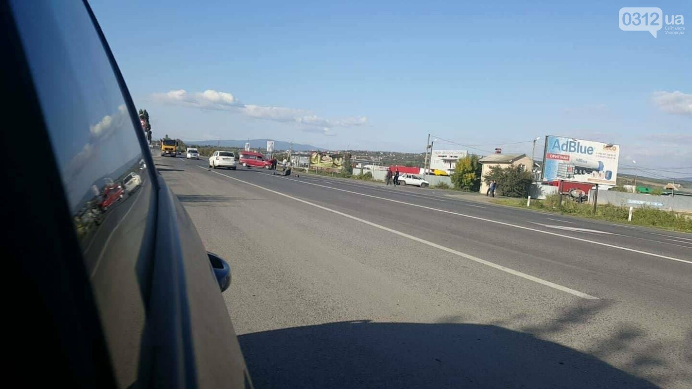 """В Ужгороді на об'їзній зіткнулись мікроавтобус """"Мерседес"""" та """"Пежо"""": фото, фото-1"""
