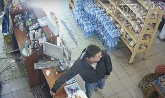 У Мукачеві поліція оприлюднила відео, на якому чоловік з каси магазину краде гроші, фото-1