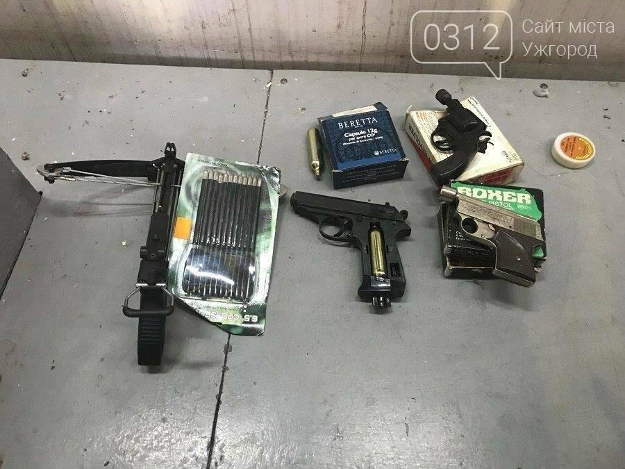 """На КПП """"Тиса"""" зупинили """"Мерседес"""", напакований мотоциклами і зброєю: фото, фото-3"""
