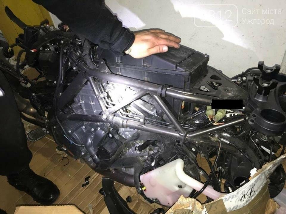 """На КПП """"Тиса"""" зупинили """"Мерседес"""", напакований мотоциклами і зброєю: фото, фото-1"""