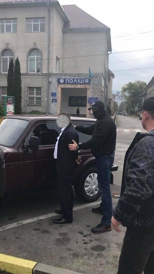 Заступника начальника поліції Тячева затримали на хабарі у 500 доларів: фото, фото-1