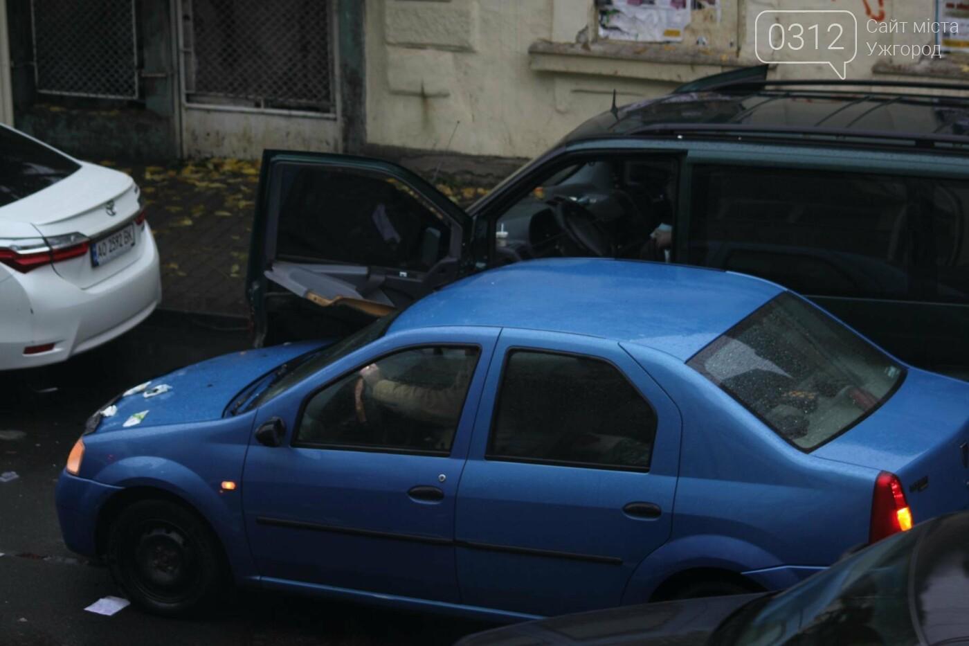 """Аварія в Ужгороді на Швабській: """"Дачія"""" врізалась у припаркований мікроавтобус """"Мерседес"""" (ФОТО), фото-3"""