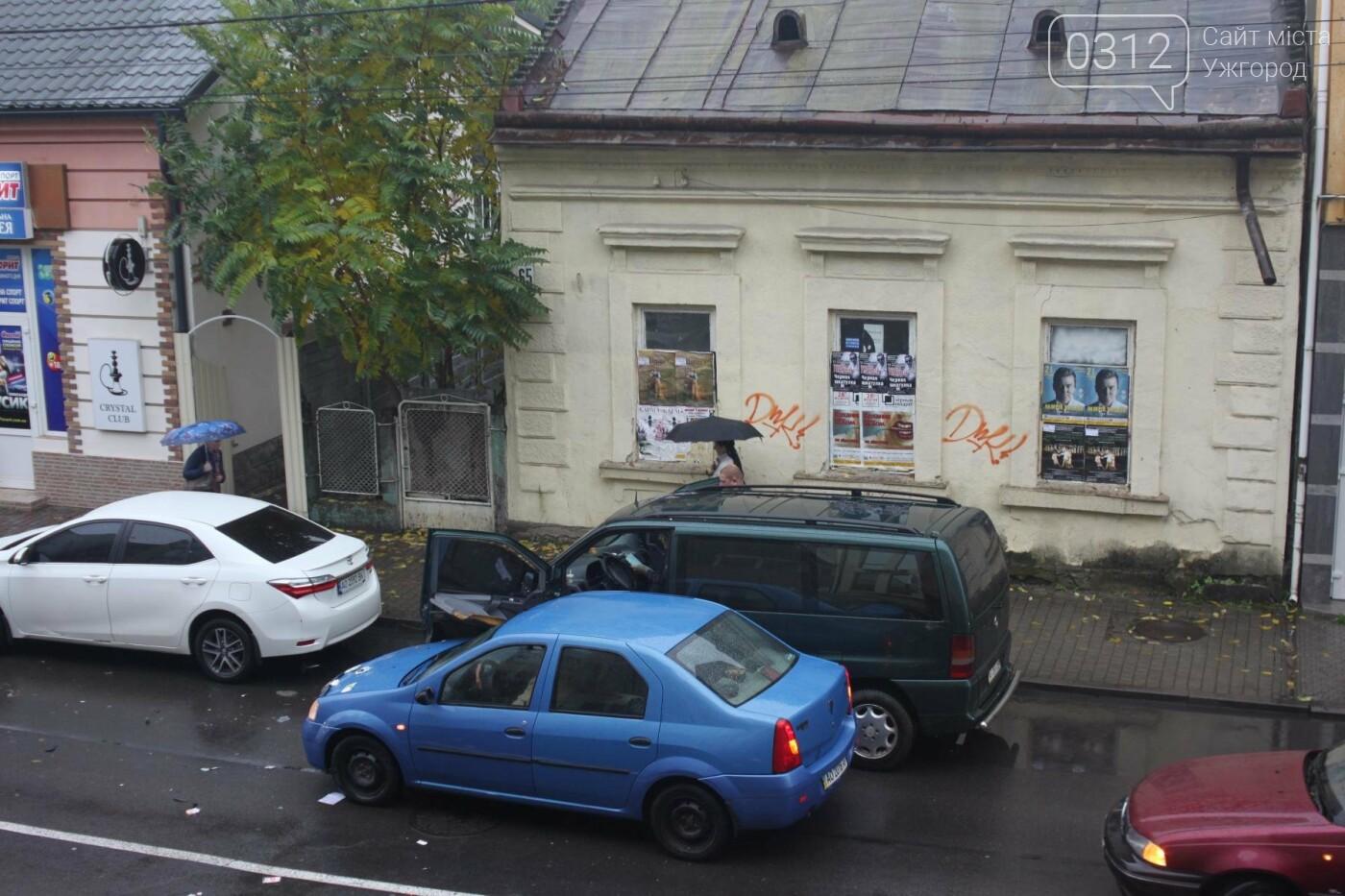 """Аварія в Ужгороді на Швабській: """"Дачія"""" врізалась у припаркований мікроавтобус """"Мерседес"""" (ФОТО), фото-1"""