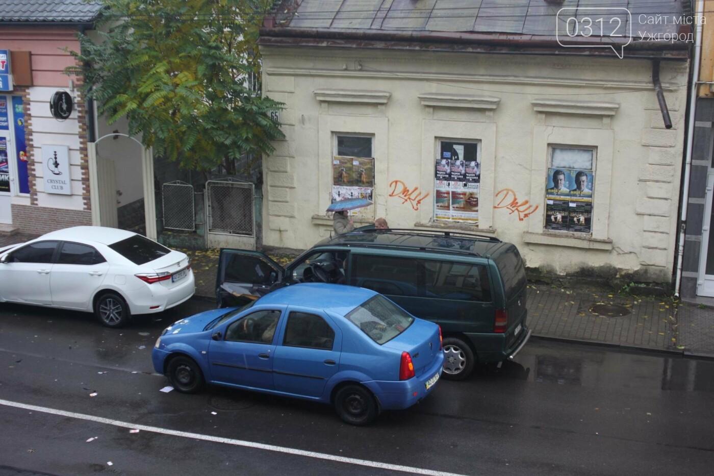 """Аварія в Ужгороді на Швабській: """"Дачія"""" врізалась у припаркований мікроавтобус """"Мерседес"""" (ФОТО), фото-2"""