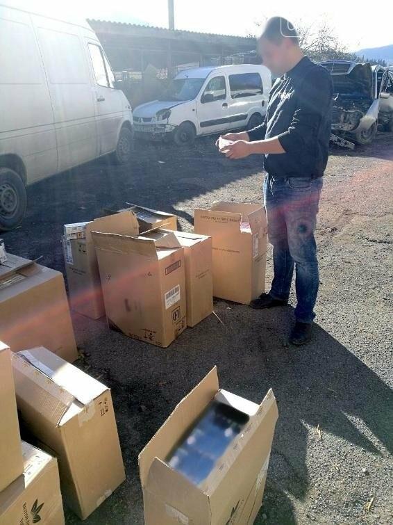 Пішов на рекорд: на Закарпатті водій напакував у мікроавтобус цигарок на майже мільйон гривень (ФОТО), фото-3