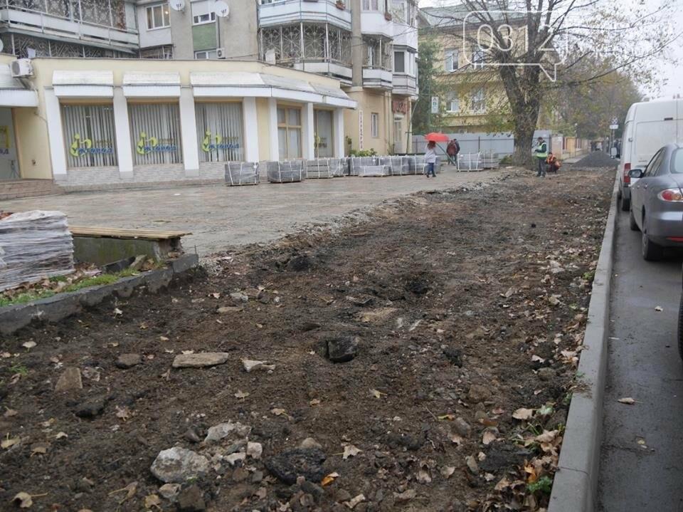 На перехресті Капушанської та проспекту Свободи з тротуару зняли плити - викладуть бруківкою: фото, фото-3
