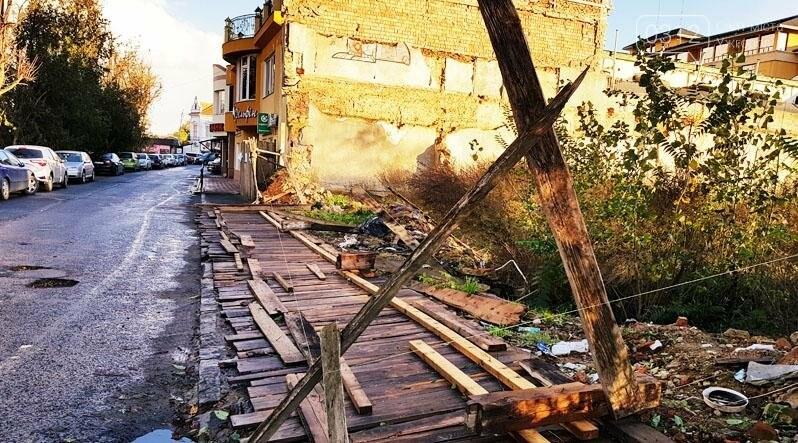 """Поблизу центру Ужгорода впала аварійна огорожа, відкривши """"панораму"""" сміттєзвалища: фото, фото-1"""