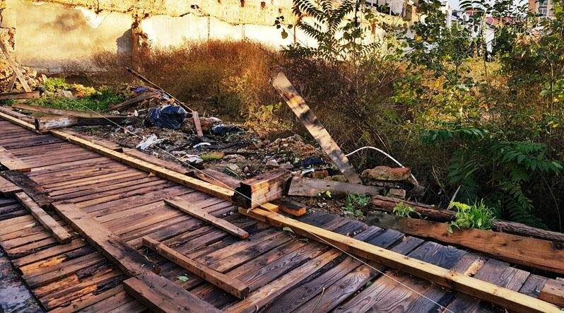 """Поблизу центру Ужгорода впала аварійна огорожа, відкривши """"панораму"""" сміттєзвалища: фото, фото-2"""