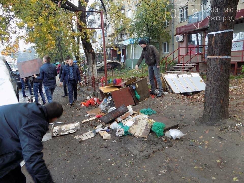 """В Ужгороді на """"Білочці"""" комунальники мерії провели рейд серед """"стихійних"""" продавців: фото, фото-2"""