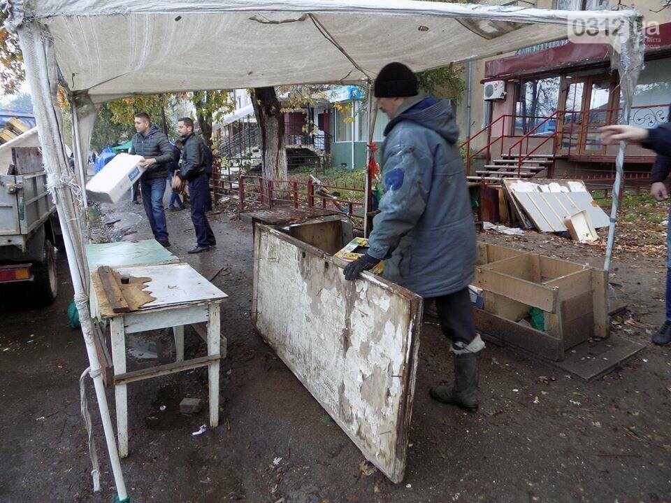 """В Ужгороді на """"Білочці"""" комунальники мерії провели рейд серед """"стихійних"""" продавців: фото, фото-7"""