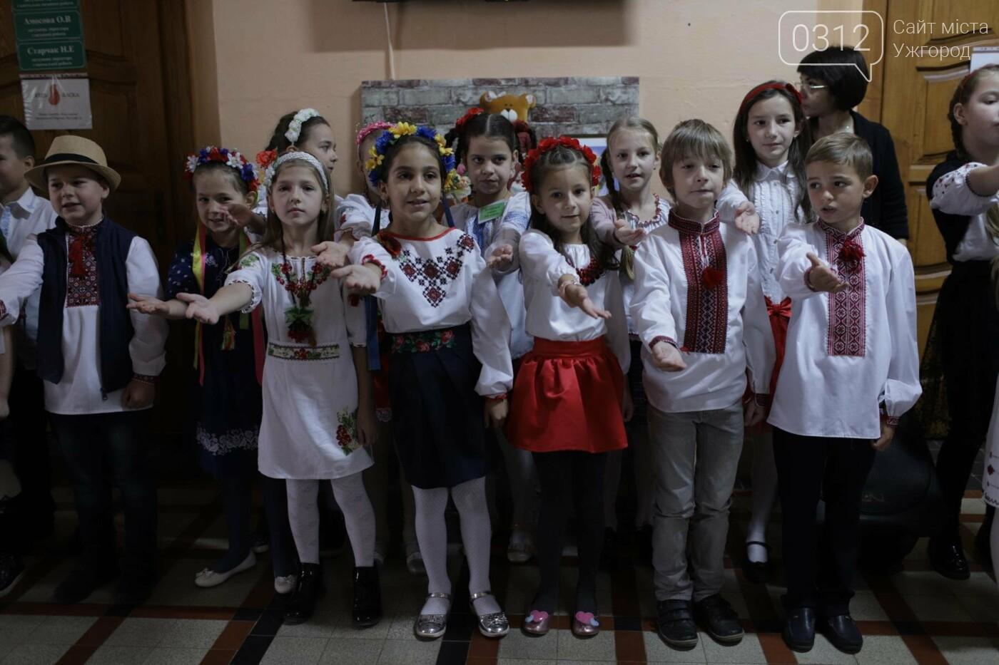 Як в Ужгороді святкували День української мови та писемності в школах №3 та №10: ФОТОРЕПОРТАЖ, ВІДЕО, фото-18