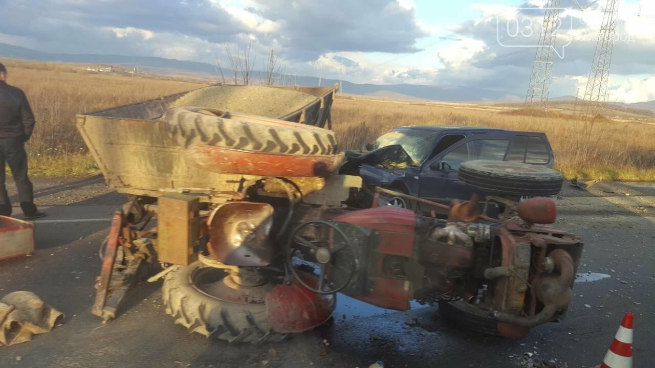"На трасі Ужгород-Мукачево ""Фольксваген"" протаранив трактор (ФОТО, ВІДЕО 18+), фото-4"