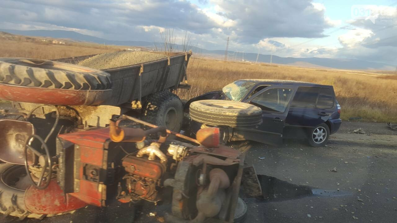 "На трасі Ужгород-Мукачево ""Фольксваген"" протаранив трактор (ФОТО, ВІДЕО 18+), фото-5"