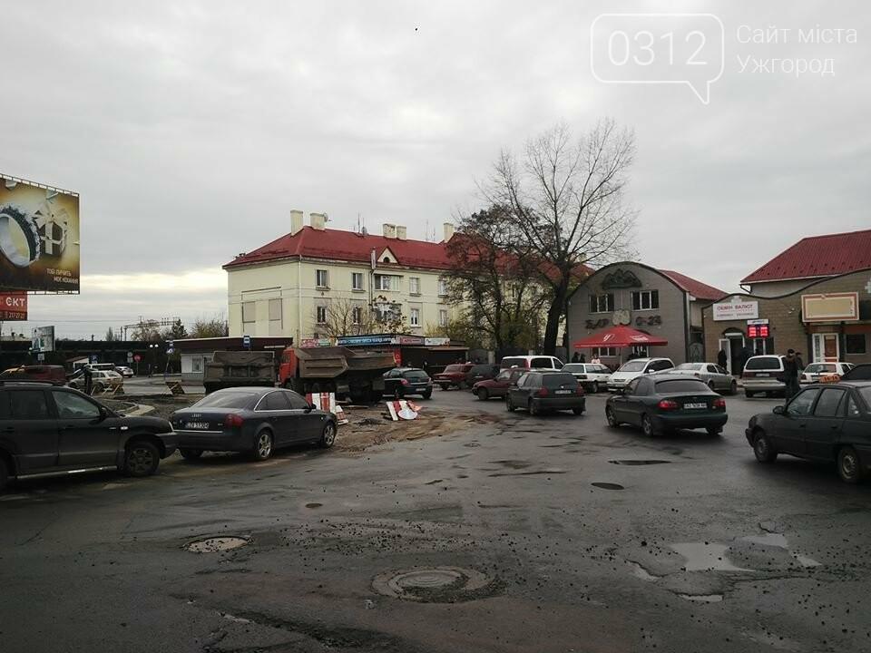 Підрядник любить поспати: роботи на площі Кірпи у час пік паралізували кілька вулиць Ужгорода (ФОТО, ВІДЕО), фото-4